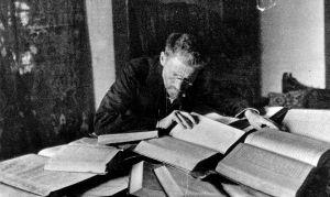 Eliezer_Ben-Yehuda_at_his_desk_in_Jerusalem_-_c1912